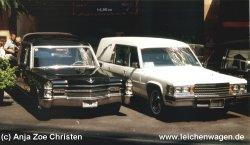 Zwei schoene Leichenwagen
